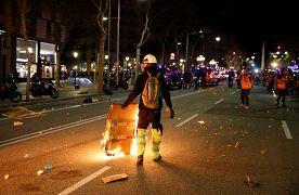 Un manifestante separatista camina con un cartón en llamas en Barcelona, España, el 15 de octubre de 2019.