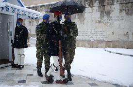 Σύνταγμα, αλλαγή Ευζώνων ενώ συνεχίζεται η χιονόπτωση στο κέντρο της Αθήνας