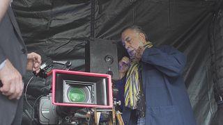 Francis Ford Coppola s'apprête à prendre le traditionnel cliché à la sortie du Hongar de l'Institut Lumière lors du festival Lumière 2019