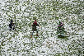 Kinder machen eine Schneeballschlacht in Rivas Vaciamadrid, 7.1.2012