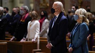 الرئيس الأمريكي المنتخب جو بايدن وزوجته جيل بايدن يحضران القداس في كاتدرائية القديس ماثيو بالعاصمة واشنطن 20 يناير 2021 في واشنطن