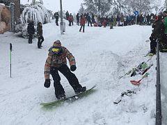 Otro hombre practica el snowboard en Pozuelo de Alrcón, Madrid, España, el 9 de enero de 2021.