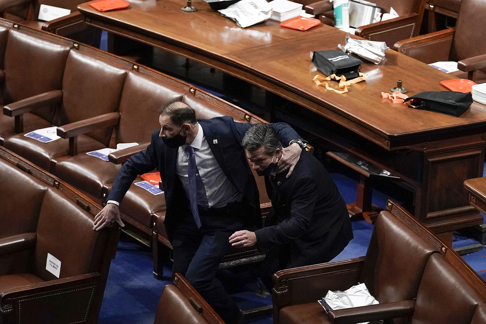 Anggota parlemen mengevakuasi lantai ketika pengunjuk rasa akan masuk ke Kamar Dewan di Capitol AS di Washington. 6 Januari 2021