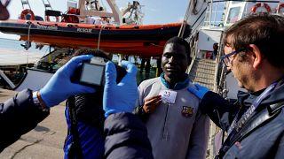 """""""Open Arms"""": Migranten gehen in Tarent an Land"""