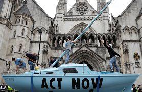 تجمع اعتراضی فعلان مبارزه با تغییرات اقلیمی در مقابل دادگاه سلطنتی لندن