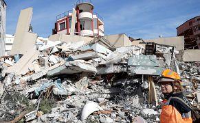 Συντρίμια μετά τον σεισμό