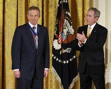 تونی بلر، نخست وزیر اسبق بریتانیا در سال ۲۰۰۹ نشان افتخار آزادی دریافت کرد.
