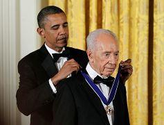 شیمون پرز، رئیس جمهوری اسرائیل در سال ۲۰۱۲ نشان افتخار آزادی گرفت.