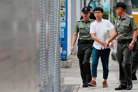 جاشوا وانگ، فعال سیاسی ۲۲ ساله هنگ کنگ در حال خروج از زندان