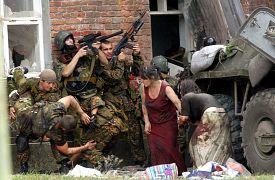 После взрывов начался штурм. Пока шла спецоперация, военные и спасатели эвакуировали освобождённых заложников.