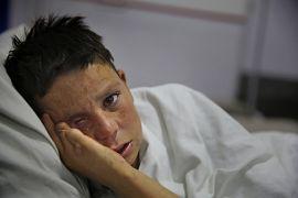 Gözünü kaybeden Farshid hastane odasında ağlarken