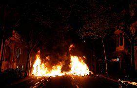 El incendio en una calle durante una protesta en Barcelona, España, el 15 de octubre de 2019.