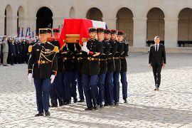 Emmanuel Macron accompagne le cercueil de Jacques Chirac dans la cour de l'Hôtel des Invalides à Paris