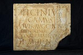 Plaque funéraire en marbre inscrite