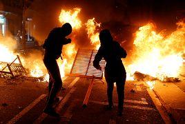 Manifestantes lanzan objetos al fuego en Barcelona, España, el 15 de octubre de 2019.