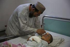 Eifal'ın babası oğlunu tedavi ediyor