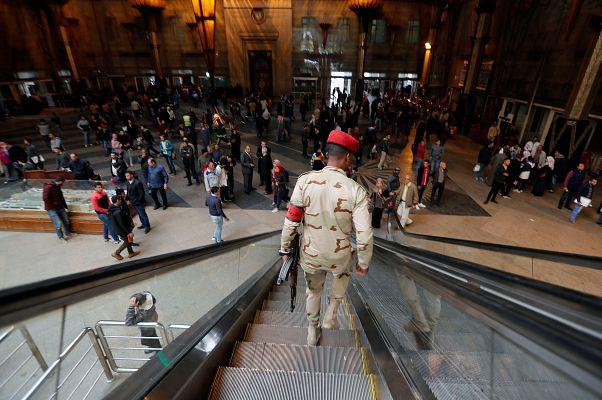 فرد من قوات الأمن المصري في محطة رمسيس بعد الحريق الذي أسفر عن قتلى ومصابين