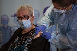 Josefa Perez, 89 anni, viene vaccinata contro il virus Corona in una casa di cura a l'Hospitalet de Llobregat a Barcellona, Spagna, domenica 27 dicembre 2020.