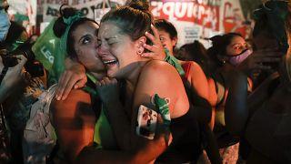 Mujeres celebran la aprobación del aborto legal en Argentina