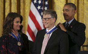 بیل گیتس در سال ۲۰۱۶ نشان افتخار آزادی را دریافت کرد.