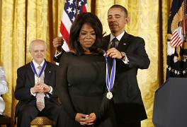 اپرا وینفری در سال ۲۰۱۳ نشان افتخار آزادی دریافت کرد.