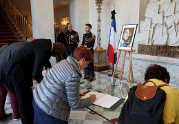 Des Français signent les registres de condoléances de Jacques Chirac à l'Elysée à Paris