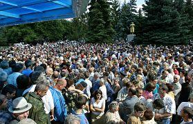 Пока шли переговоры с террористами, соти людей собирались на улице близ школы в ожидании новостей о судьбе своих родных, близких и соседей.