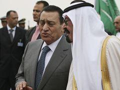 ملك السعودية عبدالله بن عند العزيز يتحدث مع الرئيس المصري السابق حسني مبارك قبيل مؤتمر القمة العربية في الرياض 2007