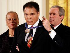 محمد علی کلی، مشتزن آمریکایی در سال ۲۰۰۵ نشان افتخار آزادی را دریافت کرد.