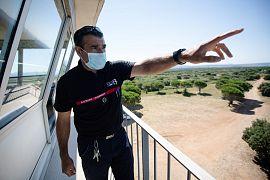 Vincent Pastor, chef de la brigade de prévention du feu de la SDIS 13 dans la vigie d'Arbois près d'Aix-en-Provence le 7 juillet 2020
