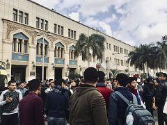 تجمهر خارج محطة رمسيس في القاهرة بعد حريق ضخم تسبب بمقتل وإصابة العشرات