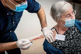 Jytte Margrethe Frederiksen è vaccinata dal dottor Tomas Johanson a Ishoej, Danimarca, domenica 27 dicembre 2020.