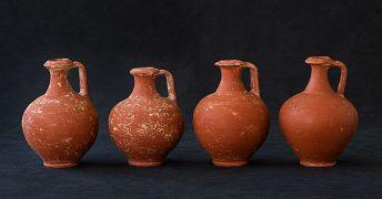 Cruches découvertes dans les tombes à crémation ; elles devaient témoigner que les rites associés à la constitution de la sépulture