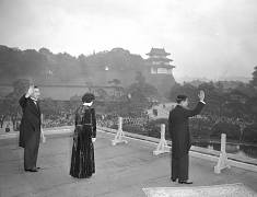 شاهزاده آکیهیتو به همراه امپراتور هیروهیتو و ملکه کوجان در سال ۱۹۵۱