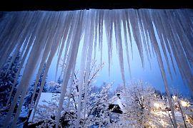 Eiszapfen hängen vor einem Fenster in Altenberg, Deutschland, Samstag, 13.02.2021
