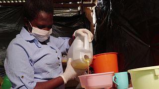 Joan stellt ihre Seife zur Mückenabwehr her