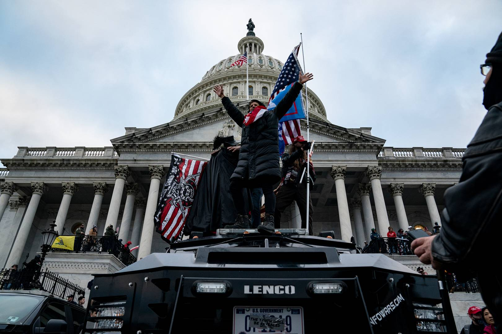 Pendukung Presiden AS Donald Trump melakukan protes di luar Gedung Kongres AS di Washington, AS. 6 Januari 2021