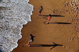 کودکان شیلی در ساحل اقیانوس آرام در شهر وینا دل مار