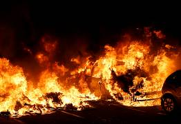 Un coche se quema en Barcelona, España, el 16 de octubre de 2019.