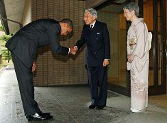 باراک اوباما در حال احترام به امپراتور و ملکه ژاپن