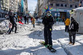 Un hombre hace snowboard en la Gran Vía en el centro de Madrid, España, el 10 de enero de 2021.