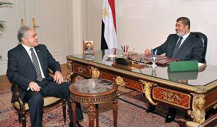 الرئيس المصري السابق محمد مرسي مع مرشح الرئاسة المصرية حمدين صباحي نوفمبر/ تشرين الثاني 2012