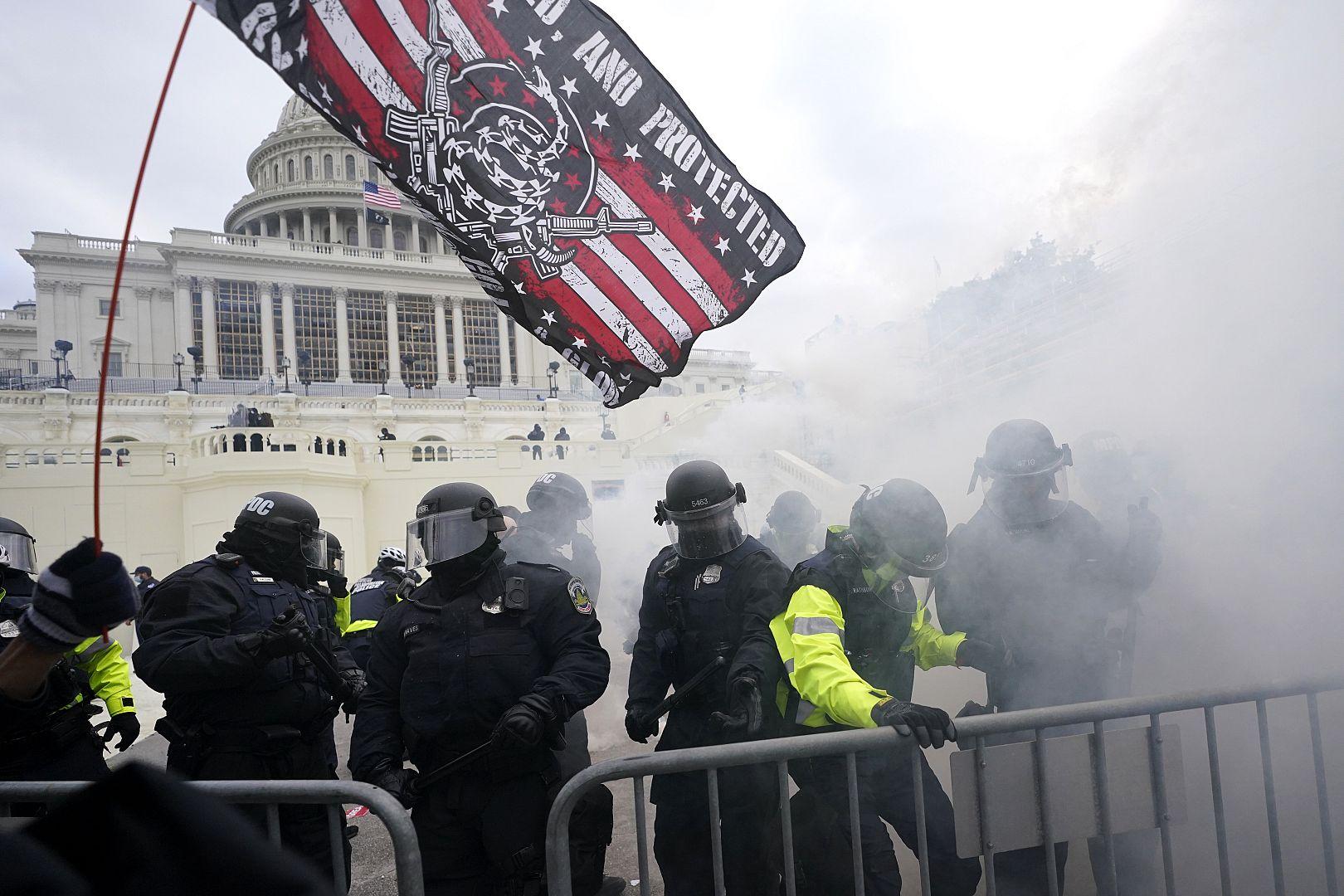 Polisi menahan para pendukung Trump yang mencoba menerobos penghalang polisi di Capitol di Washington, AS. 6 Januari 2021