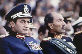 الرئيس المصري أنور السادات ونائب الرئيس حسني مبارك خلال عرض عسكري قبل أن يفتح الجنود النار من شاحنة أثناء العرض واغتيال السادات 1981
