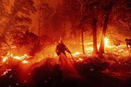 Pompier à lutte avec les flammes d'un incendie à Cascadel Woods, en Californie, le 7 septembre