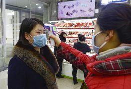 Des employés vérifient la température des clients d'un supermarché à Pyongyang en Corée du Nord, photo de l'agence de presse d'Etat