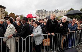 Des Français patientent avant de rendre hommage à Jacques Chirac à l'Hôtel des Invalides à Paris.