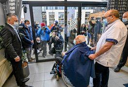 Il belga Jos Hermans, 96 anni, al centro, guarda i fotografi assiepati fuori dalla finestra prima di ricevere il suo vaccino COVID-19 presso la casa di cura di Puurs