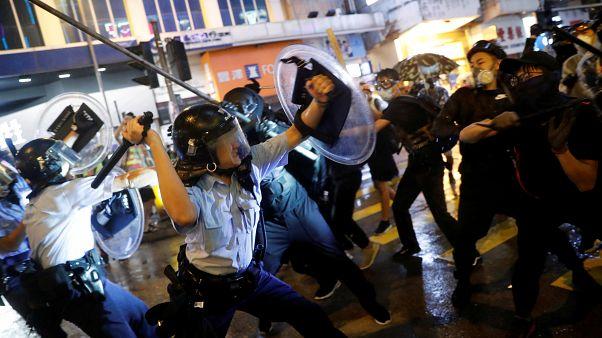 Polícia de Hong Kong dispara balas verdadeiras