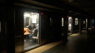 New York metrosu elektrik kesintisi sebebiyle yaklaşık 5 saat hizmet veremedi.